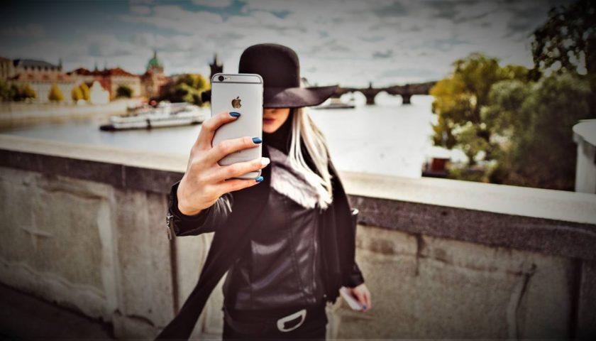 Girl mit Smartphone iPhone | Fotografieren Webseite Fotoblog